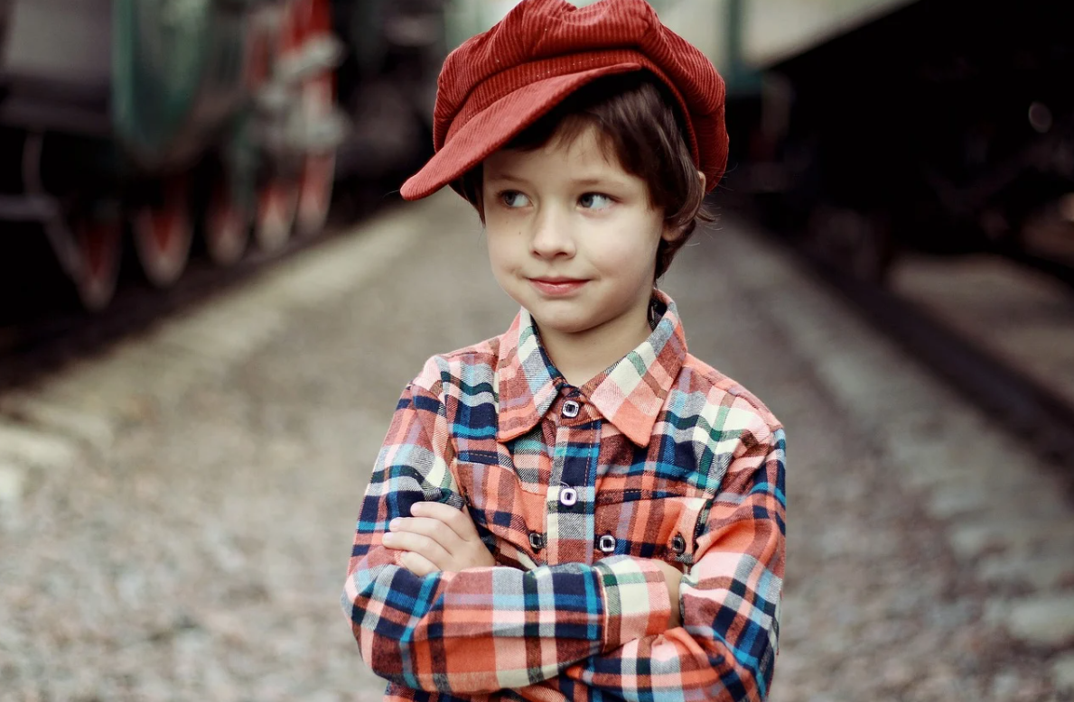 chlapec a čepice