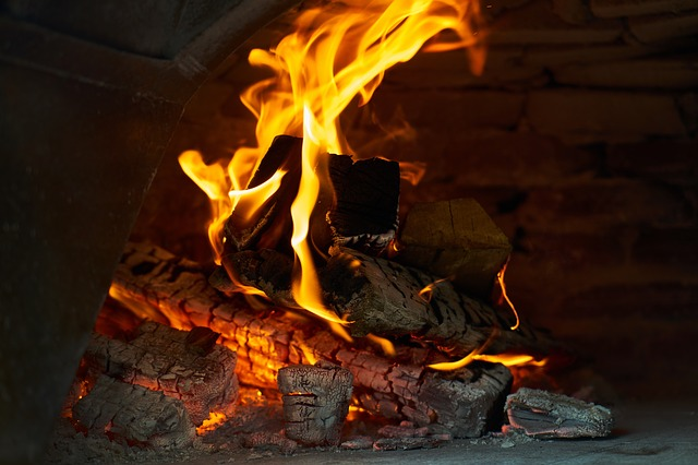hořící dřevo