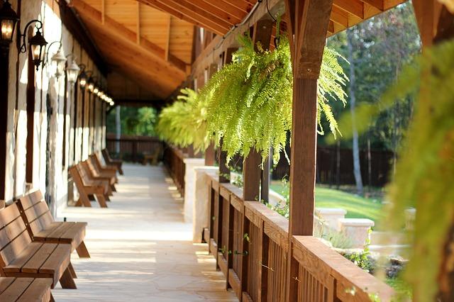 lavičky na verandě
