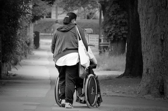 žena a invalidní vozík