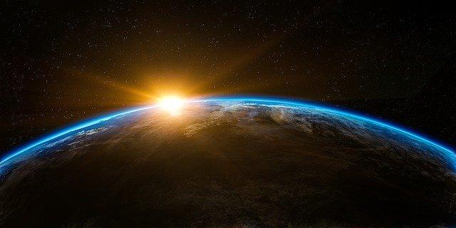 Východ Slunce nad planetou Země